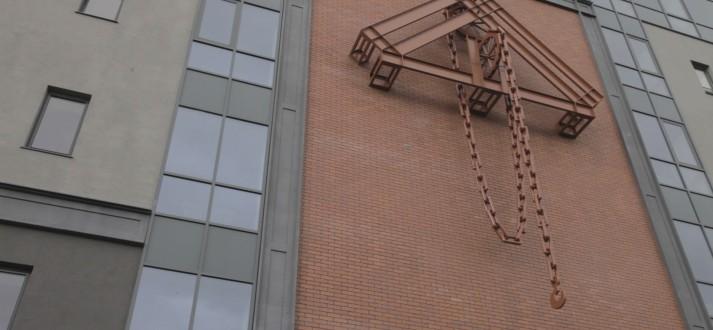 Żuraw na północnej elewacji Loftów Platinum